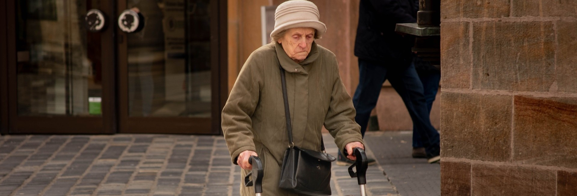 Уход за пожилым человеком старше 80 лет и документы для его оформления